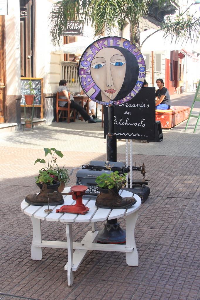 Ciudad Vieja, Montevidéu. Percorrer as ruas antigas da ciudad vieja é fazer um passeio no passado da capital uruguaia. Aproveite para visitar o mercado do porto